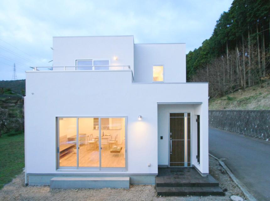 漆喰の塗り壁が際立つシンプルモダンな家