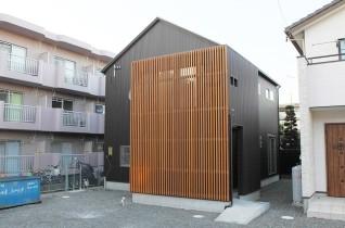 ガルバ外壁と無垢格子が目を引くモノトーンの家